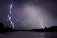 Donner, Blitze und Regen während des Sturms über Fluss und Wald Lizenzfreie Stockfotografie