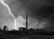 Donner, Blitze und Sturm über verlassener Fabrik im Sommer Lizenzfreie Stockfotografie
