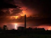 Donner, Blitze und Sturm über verlassener Fabrik im Sommer Lizenzfreies Stockfoto