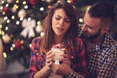 Donner d'ami actuel à son amie pour Noël Image stock