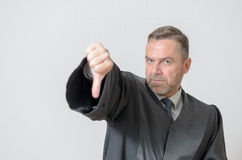 Donner d'homme d'affaires des pouces font des gestes vers le bas Image libre de droits