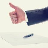 Donner d'homme d'affaires des pouces lèvent le geste Photos libres de droits