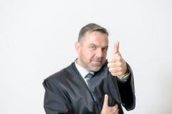 Donner d'homme d'affaires des pouces lèvent le geste Photos stock