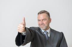 Donner d'homme d'affaires des pouces lèvent le geste Image libre de droits