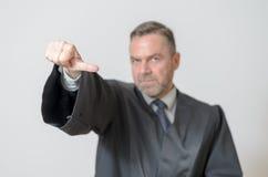 Donner d'homme d'affaires pouces au geste latéral Photos libres de droits