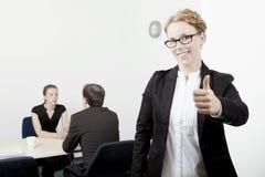 Donner de femme d'affaires pouces vers le haut Photo libre de droits