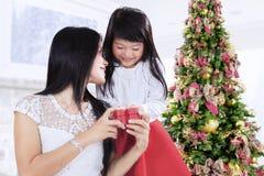 Donner de fille actuel au jour de Noël Photos stock