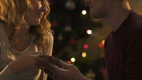 Donner de mari actuel et passionément baisers de l'épouse, surprise agréable devant Noël banque de vidéos