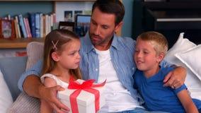 Donner de père actuel à la fille banque de vidéos