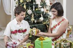 Donner des cadeaux de Noël Image libre de droits