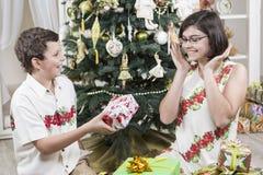 Donner des cadeaux de Noël Photo stock