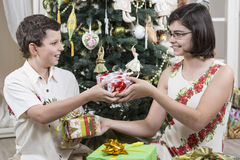 Donner des cadeaux de Noël Images stock