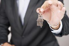 Donner des clés de maison image stock