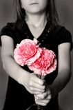 Donner des fleurs comme cadeau Images libres de droits