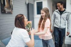 Donner des fleurs de maman photo libre de droits
