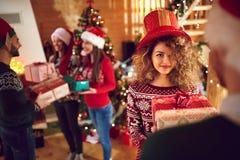 Donner des présents pour Noël Photo stock