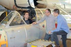 Donner l'excitation montant à bord des avions militaires images libres de droits