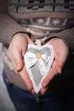 Donner le concept d'amour avec des mains tenant un coeur Photographie stock libre de droits