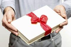 Donner le livre comme présent Photo stock
