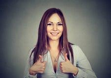 Donner motivé enthousiaste de femme des pouces lèvent le geste de l'approbation photo stock