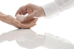 Donner un coeur comme cadeau Photos libres de droits