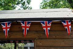 DONNER UN PETIT COUP D'UNION JACK TRIANGULAIRE Indicateur du R-U Photo stock