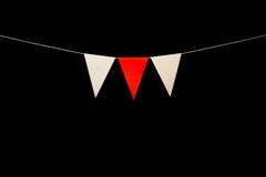 Donner un petit coup, trois rouges et triangles blanches sur la ficelle pour la bannière salissent Photographie stock libre de droits