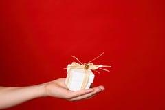 Donner un présent Image stock