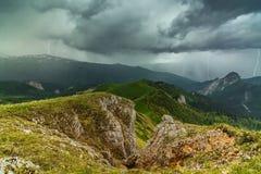 Donner und Blitz in den Bergen von Adygea Lizenzfreies Stockfoto
