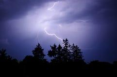 Donner und Blitz im nächtlichen Himmel Lizenzfreies Stockfoto