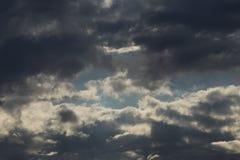 Donnernd dunkle Wolken im Abendhimmel glättend, sind der Teil Wolken, im blauen Himmel vor dem Regen weiß Lizenzfreies Stockfoto