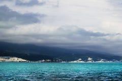 Donnernd Himmel über den Bergen und dem Azurblau bewegt in das schwarze S wellenartig stockfoto