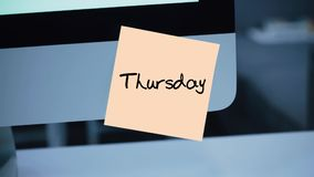 donnerstag Tage der Woche Die Aufschrift auf dem Aufkleber auf dem Monitor lizenzfreie abbildung