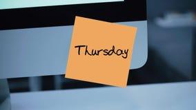 donnerstag Tage der Woche Die Aufschrift auf dem Aufkleber auf dem Monitor stock abbildung