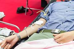 Donneurs de sang faisant la donation dans l'hôpital photographie stock