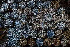 Donnez à beaucoup de pots une consistance rugueuse avec différents boulons en métal Images libres de droits