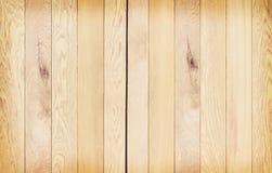 Donnez à la planche une consistance rugueuse en bois brun clair de mur dans les modèles verticaux pour le fond photographie stock libre de droits