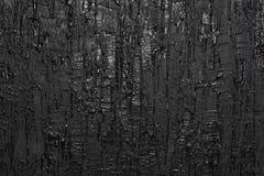 Donnez à un mur une consistance rugueuse avec la peinture débordante images stock