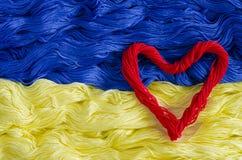 Donnez au fil une consistance rugueuse avec l'image du drapeau de l'Ukraine et du coeur Photos libres de droits