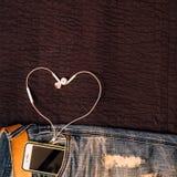 Donnez au fond une consistance rugueuse des jeans, du détail de ceinture avec le portable et de l'e Photo libre de droits