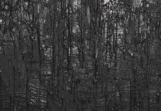 Donnez au mur une consistance rugueuse avec la peinture débordante, fond noir Images stock