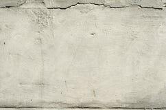 Donnez au vieux mur une consistance rugueuse en béton avec des restes de plâtre avec des fissures images libres de droits