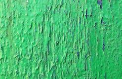Donnez au vieux vert une consistance rugueuse de peinture d'épluchage avec la fente bleue photographie stock libre de droits