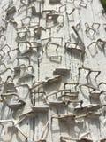 Donnez aux agrafes une consistance rugueuse rouillées grunges de poteau de téléphone d'épluchage blanc de peinture de fond Photo libre de droits