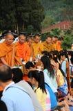 Donnez l'aumône à un moine bouddhiste Image libre de droits