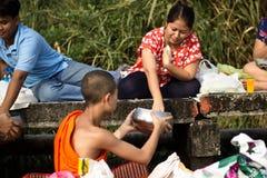 Donnez l'aumône à un moine bouddhiste photographie stock libre de droits