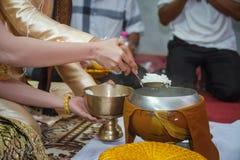 Donnez l'aumône à un moine bouddhiste dans le jour du mariage photos stock