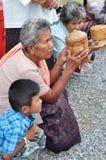 Donnez la nourriture au moine Photographie stock libre de droits