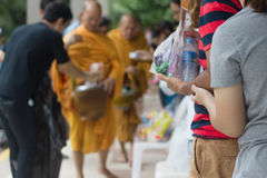 Donnez la nourriture aux moines photo libre de droits