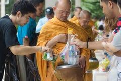 Donnez la nourriture aux moines photos stock